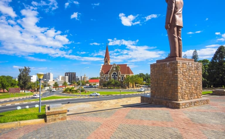 Contrastes de la capitale namibienne et envol pour la France (295 km)