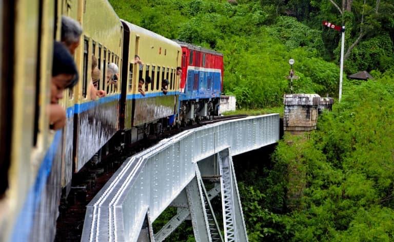 En Train sur le viaduc de Gokteik